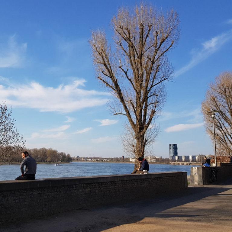 Abstand halten am Rhein